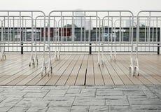 Weiße Barrikade in der Stadt lizenzfreie stockbilder