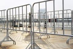 Weiße Barrikade in der Stadt lizenzfreies stockbild