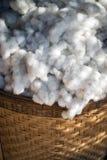 Weiße Baumwolle im Korbhintergrund Stockfotografie