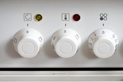Weiße Bedienknöpfe an einem elektrischen Ofen stockfotos