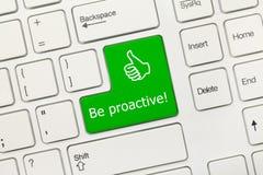 Weiße Begriffstastatur - seien Sie proaktiver grüner Schlüssel Stockbild