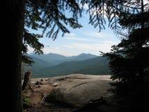 Weiße Berge durch Bäume lizenzfreies stockfoto
