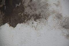 Weiße Betonmauer mit großen Anschlägen des Gipses Stockbild