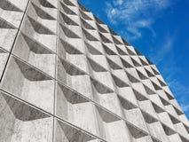 Weiße Betonmauer unter bewölktem Himmel Stockfoto