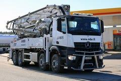 Weiße Betonpumpe T Mercedes-Benz Arocs Schwing Stetter Mobiles Stockbilder