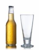 Weiße Bierflasche und Glas stockfotografie