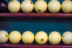 Weiße Billardkugeln auf Regalabschluß Lizenzfreie Stockfotos