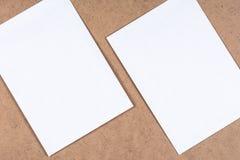 Weiße Blätter des leeren Papiers auf der faserartigen Pappe Stockbild