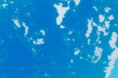 Weiße, blaue und cyan-blaue Hintergrundbeschaffenheit Abstrakte Karte mit Nordküstenlinie, Meer, Ozean, Eis, Berge, Wolken lizenzfreie abbildung