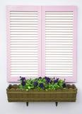 Weiße Blendenverschlüsse und Blumen Lizenzfreie Stockfotografie