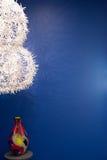 Weiße Blume beleuchtet mit farbigem Vase auf blauer Wand Lizenzfreie Stockfotografie
