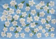 Weiße Blumen auf dem Blau, malend Lizenzfreies Stockfoto