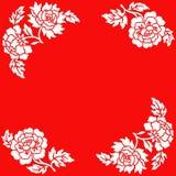 Weiße Blumen auf rotem Hintergrund Lizenzfreie Stockfotos