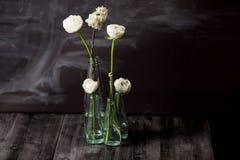 Weiße Blumen in den Flaschen Stockfotografie