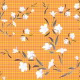 Weiße Blumen des nahtlosen Musteraquarells auf einem orange Hintergrund Stockfotos
