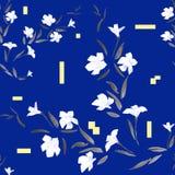 Weiße Blumen des nahtlosen Musters auf einem blauen Hintergrund Lizenzfreies Stockfoto