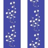 Weiße Blumen des nahtlosen Musters des Aquarells auf einem weißen und blauen Hintergrund Stockfoto