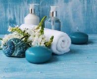 Weiße Blumen, die an liegen und Kerze Badekurortsatz Lizenzfreie Stockbilder