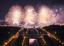 Weiße Blumen von Feuerexplosionen während des internationalen Moskau-Feuerwerks-Festivals Stockfotos
