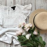Weiße Bluse auf einem hölzernen Hintergrund lizenzfreie stockfotos