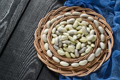 Weiße Bohnen auf rundem Abtropfbrett Lizenzfreie Stockfotos