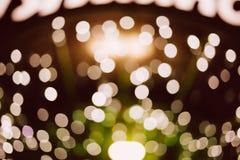 Weiße bokeh Lichter auf schwarzem Hintergrund Stockfotografie