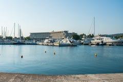 Weiße Boote auf dem Pier werden nahe dem Hotel geparkt stockfotos