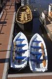 Weiße Boote im Hafen stockfotografie