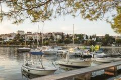 Weiße Boote im Jachthafen in der adriatisches Seebucht beherbergten in den Pula, Croati Stockfotos