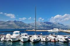 Weiße Boote im Meer des Hafens von Gaeta, Italien Stockfotografie