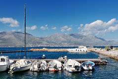 Weiße Boote im Meer des Hafens von Gaeta, Italien Stockfoto