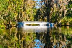 Weiße Brücke über Süd-Carolina Lake stockfotografie