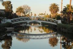 Weiße Brücke des Sonnenuntergangs mit Reflexion auf dem Fluss stockfoto
