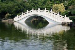 Weiße Brücke in einem asiatischen Garten Stockbild