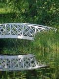 Weiße Brücke im Park Stockfotos