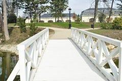 Weiße Brücke im Park Stockfotografie