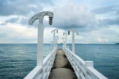 Weiße Brücke ist auf dem Meer Lizenzfreie Stockfotos