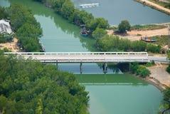 Weiße Brücke mit Smaragd- Farbe-chanel Stockfotos