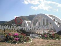 Weiße Brücke Thachompoo in Thailand lizenzfreie stockfotografie