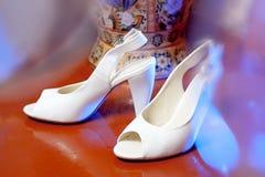 Weiße Brautschuhe Stockfotografie