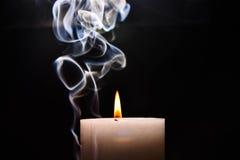 Weiße brennende Kerze stockfotografie