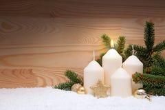 Weiße brennende Kerze für die erste Einführung Stockfotografie
