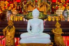 Weiße Buddha-Statue im chinesischen Tempel Stockfoto