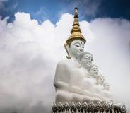 Weiße Buddha-Statue mit Wolkenhintergrund Stockfotos