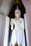 Weiße Buddha-Statue (vertikal) Stockfotos