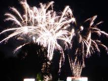 Weiße bunte Feuerwerke lizenzfreie stockbilder