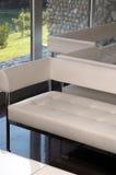 Weiße caffe Möbel Lizenzfreie Stockbilder