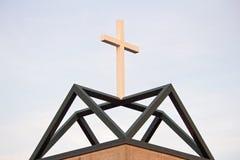 Weiße Christian Cross On Green Geometric-Basis Lizenzfreie Stockfotografie