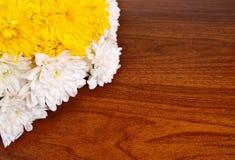 Weiße Chrysanthemen auf einem hölzernen Hintergrund Lizenzfreie Stockfotos