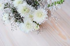 Weiße Chrysanthemenblumen mit gypsophil Stockbilder